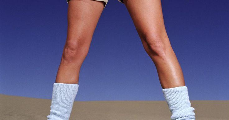 Como fazer polainas para bebês de meias na altura do joelho. As polainas são destinadas para manter as pernas aquecidas. Elas possuem uma dupla função em bebês, como aquecedores e protetores de joelhos já que elas os amortece em nenéns que estão engatinhando. Elas podem ser feitas sem maiores gastos e rapidamente a partir de meias de crianças na altura do joelho. As polainas caseiras são presentes práticos ...