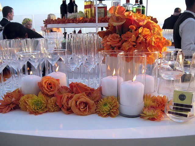 Love these fresh orange roses which add a touch of the tropics in combination with the crisp white of the bar. Perfect bar treatment!