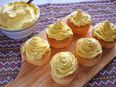 Pumpkin cream. ふわふわのかぼちゃのクリームを作って、スポンジやカップケーキをデコレーション! あっという間にハロウィン仕様のかぼちゃスイーツのできあがりです。