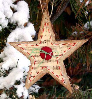 étoile en liège décoré de papier, bouton et ficelle