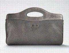 Hellgraue Handtasche - Joop - Taschen-Trends für den Frühling - Passt zu jedem Outfit! Die schlichte Handtasche von Joop überzeugt Minimalistinnen durch ihr schlichtes Design. Praktisch: Die relativ flache Tasche ist sowohl mit dem Business-Look als auch mit dem Ausgeh-Outfit kompatibel...