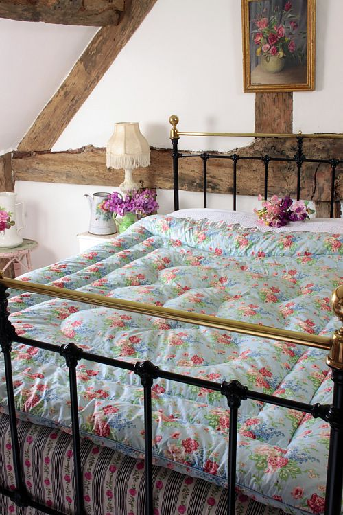 Vintage Home - Beautiful Floral and Blue Double Eiderdown.