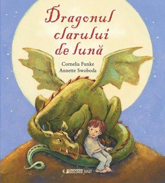 Coperta Dragonul clarului de luna - Cornelia Funke - Intr-o noapte cu luna plina cartea de pe covorul lui Flip prinde viata. Din ea ţâşneşte un dragon mic dragon, urmărit de un cavaler furios. Filip nu ramane nepasator la confrunare si imprietenindu-se cu dragonul reusesc sa-l alunge inapoi intre paginile cartii. O poveste care le vorbeşte copiilor despre curaj şi arată că prietenia şi îndrăzneala sunt mult mai importante decât să fii mare şi tare.