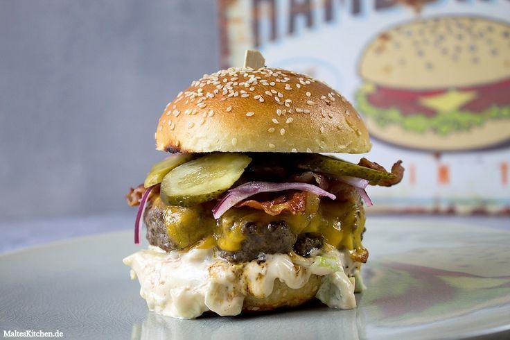 Ein leckerer Beef Burger mit Brioche-Bun, Cheddar, Eisbergsalat-Mayo, Bacon, Gurken und marinierten Zwiebeln, inspiriert vom Insanity Burger.