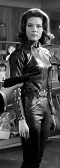 Madame EMMA PEEL (Diana Rigg) : CHAPEAU MELON ET BOTTES DE CUIR / THE AVENGERS