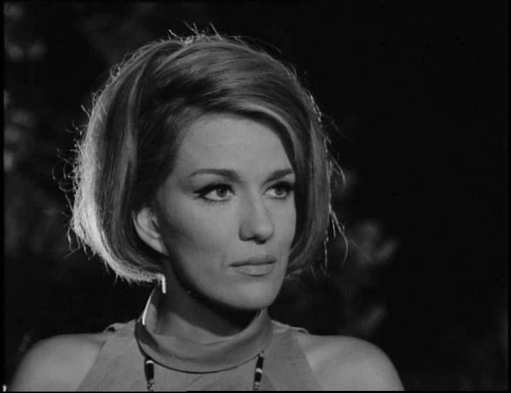 Η Μαίρη Χρονοπούλου γεννήθηκε 16 Ιουλίου 1933 στην Αθήνα. Είναι απόφοιτη της Δραματικής Σχολής του Εθνικού Θεάτρου και υπήρξε μια από τις πιο δημοφιλείς σταρ της χρυσής εποχής του ελληνικού κινηματογράφου. Στη δισκογραφία ερμήνευσε τραγούδια για τα κινηματογραφικά soundtracks όπως «Έκλαψα χθες», «Είμαι γυναίκα του γλεντιού» και «Του αγοριού απέναντι».