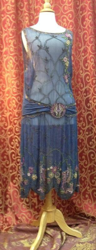 1920, 36 Büste, Immergrün blau Chiffon Perlen Kleid. Kleid hat offenen Ausschnitt und Ärmel offen Armlöcher u. Angebaut hat eine gerade Hemd-Linie mit Mitte Abschnitt Klappe gehalten in Mitte mit einem runden Perlen Medaillon gehalten. Ausschnitt in überbacken Motiv in grün, Gold und
