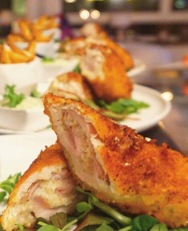 Dessa kycklingrullar ärhelt magiska! Mör kycklingfilé med frasig yta och en fyllning med färskost, rökt skinka och riven parmesanost. Servera gärna med