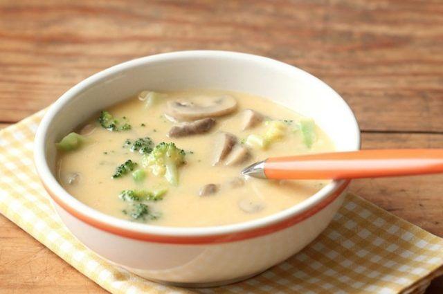 Syrová polievka s brokolicou a so šampňónmi (brambory,mrkev,cibulka)