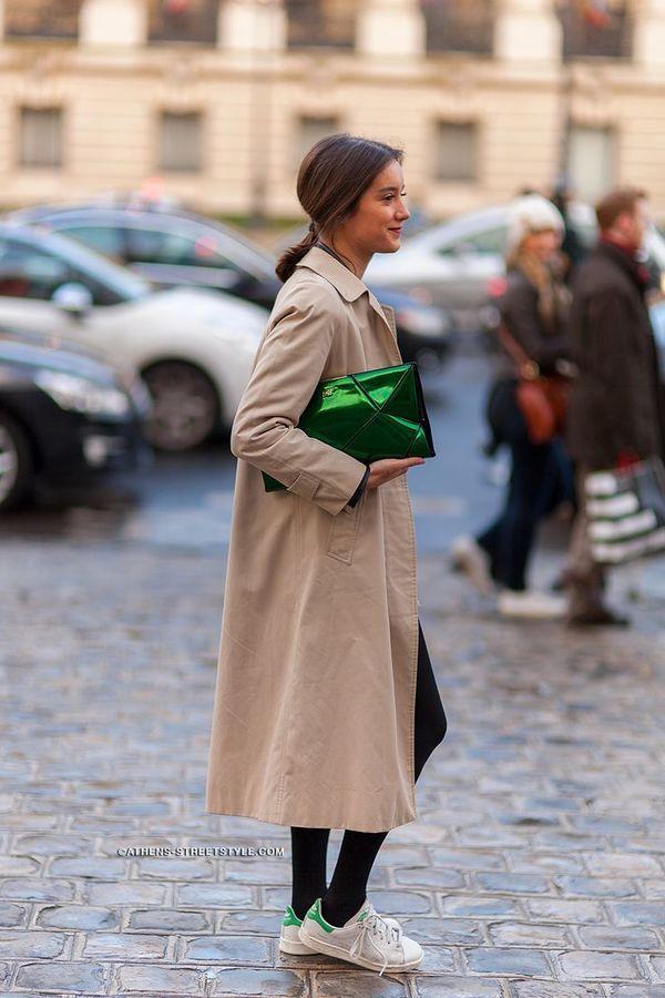 ビッグシルエットトレンチはクラッチ+スニーカーでラフに着こなす♡ 人気のおすすめトレンチコートコーデ一覧。レディースファッションまとめ。