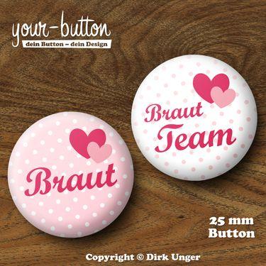Button zum JGA / Hochzeit  Du planst einen Junggesellinnenabschied für deine Freundin?  Die üblichen Junggesellinnenabschieds-T-Shirts sind euch aber zu plakativ?  Dann tragt doch einfach einen Button!  Passt garantiert bei jeder Konfektionsgröße, spart Geld und ist dezent.  Der Preis pro Button beträgt 2 € (Button-Größe 25 mm).  Auf Wunsch kannst du die Buttons auch als 32 mm große Buttons bekommen, der Preis pro Button beträgt dann 2,50 €.