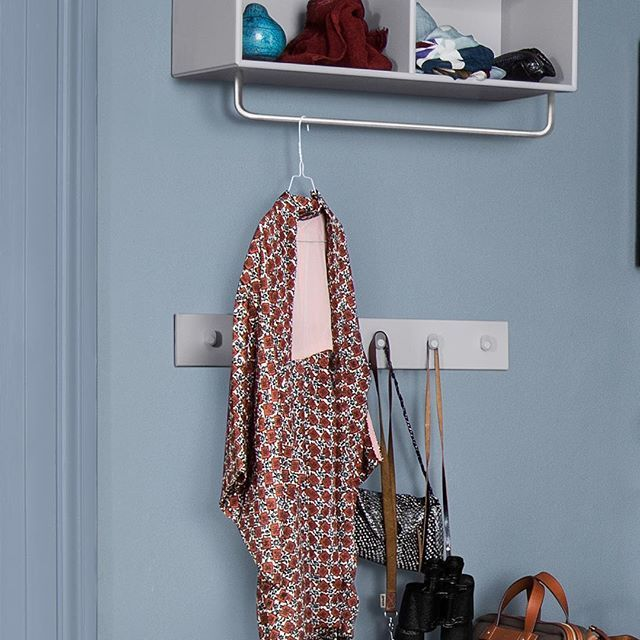 A shelf for hats and scarfs – and racks that come in three sizes and 42 colours. #montanafurniture #danishdesign #interiordesign #hallwaydecor #wohnideen #wohninspiration #farbenfroh #innenarchitektur #designdanois #salon #hall #halle #knagerække