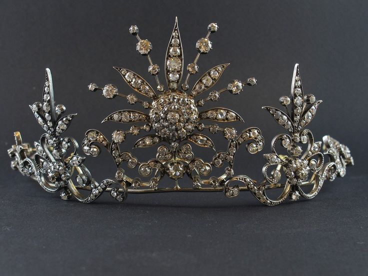 A silver topped yellow gold and diamond tiara convertible into a necklace. England, late 19th century. Photo Pennisi Jewellery