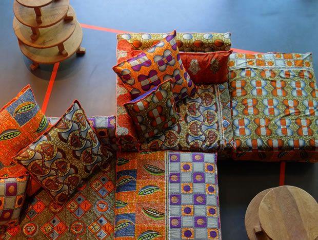 LINTELOO BATIK: De Afro-Italiaanse collectie bestaat onder andere uit houten woonaccessoires en meubels. Deze zien er niet alleen uit alsof ze uit Afrika komen, maar zijn ook daadwerkelijk op het continent gemaakt. Daarnaast heeft Paola stoffen hoezen met batikprints ontworpen voor drie modellen LINTELOO-banken: Jan's New Sofa, Jan's New Elements en de Paola sofa.