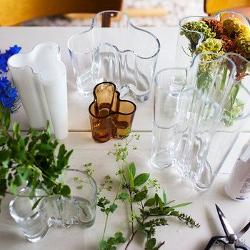 イッタラのArltoコレクションは、スウェーデンの建築家アルヴァ・アールトによって1936年に発表されました。モダンなデザインは存在感があり、置いておくだけでテーブルをスタイリッシュに見せてくれます。