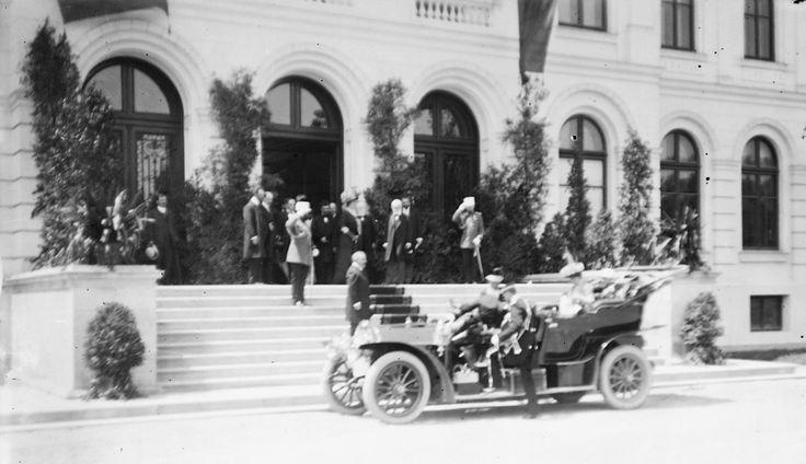 """Dragi prieteni, în urmă cu 106 ani, pe 24 mai 1908, Muzeul Național de Istorie Naturală """"Grigore Antipa"""" se deschidea în """"clădirea de la șosea"""", prima clădire din România, construită cu scopul de a găzdui un muzeu de istorie naturală. În fotografie, îl puteți vedea pe dr. Grigore Antipa întâmpinând familia regală, la ceremonia de deschidere."""