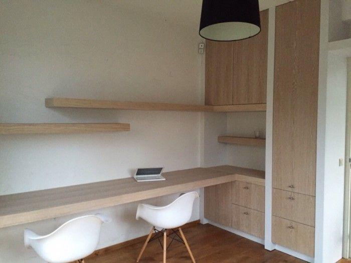 Werkkamer ingericht met bureau en inbouwkast.