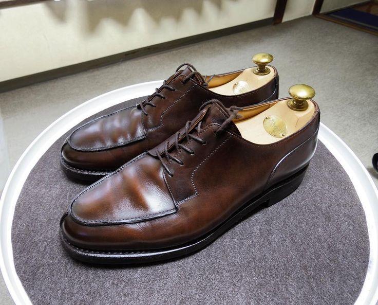 Crockett & Jones 無色のクレムを使いましたこの方が色が柔らかくていいかも #crockettandjones #crockettandjonesmoreton #moreton #shoes #shoecare #クロケットアンドジョーンズ #クロケットアンドジョーンズモールトン #モールトン #紳士靴 #靴磨き #革靴 #シューケア #saphir #サフィール