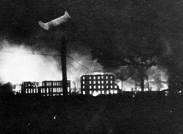 Η Γκουέρνικα φλέγεται μετά την επιδρομή των βομβαρδιστικών του Χίτλερ και του Μουσολίνι