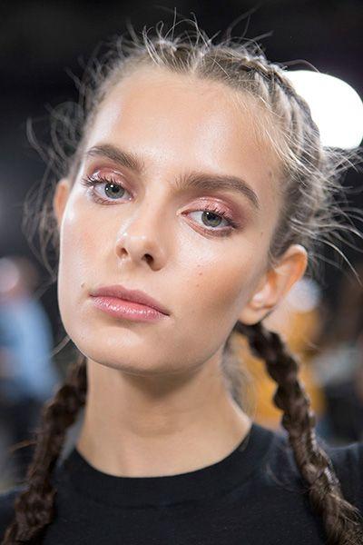 """Glossy eyes - """"Visto na beleza da Nina Ricci e da Armani (foto), os olhos glossy dão um ar muito cool para o look: é um jeito diferente e moderninho de dar um update na sombra - fica muito legal em sombras azuis e vermelhas. Tente em casa com um gloss translúcido"""""""