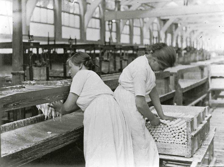 Stearinekaarsen maken in de fabriek.
