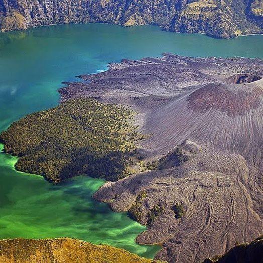 Кратерное озеро Segara Anak на горе Ринджани на острове Ломбок, Индонезия. #nature #природа #amazing #beautiful #photooftheday #природапрекрасна #природамать #природарядом #природамира #природакрасота