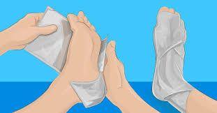 Aluminiumfolie is natuurlijk hartstikke handig voor in de keuken, maar wat veel mensen niet weten is dat je het ook kan gebruiken voor hele andere dingen. Het blijkt namelijk goed te zijn voor veel kwaaltjes. Zo werkt het bijvoorbeeld tegen oververmoeidheid en verzacht het pijnlijke gewrichten. Ook verlicht het de pijn van brandwonden en kan je het zelfs gebruiken als je verkouden bent. Hoe je van de verkoudheid afkomt? Pak vijf tot zeven vellen aluminiumfolie en wikkel deze om je voeten…