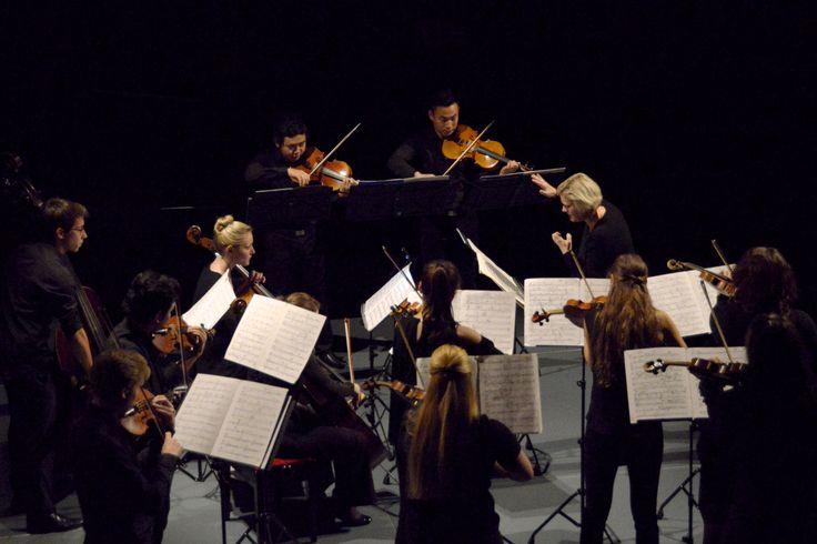 Ensemble Konstellation ist eine der neuen musikalischen Initiativen des Tiroler Landeskonservatoriums. Wie an jeder Musikhochschule, stellt auch hier das Orchester- und Ensemblespiel ein obligatorisches Element der Ausbildung dar. Um diese wichtigen Aktivitäten aber nicht auf Konzerte am Semesterende zu beschränken, hat das Konservatorium verschiedene Orchester ins Leben gerufen, die von ausgewiesenen und international renommierten Spezialisten geleitet werden. © Arturo Fuentes