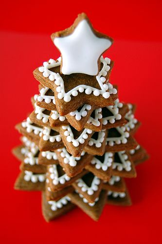 Gingerbread tree made from starshaped cookies - Kakgran av tjocka stjärnpepparkakor