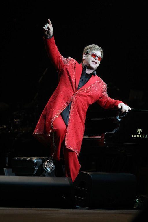 Elton John:   O Sir Elton John υποστηρίζει 48 φιλανθρωπικές οργανώσεις μεταξύ των οποίων και τη δική του που βοηθάει τους ανθρώπους που πάσχουν από AIDS.