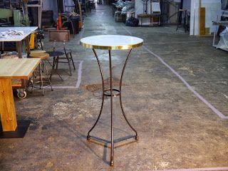 Mesas y sillas en metal de estilo industrial en hierro y madera envejecida ,