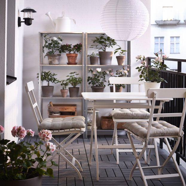 Cienisty balkon, do którego gorące promienie nie mają dostępu, to idealny azyl na upalne dni. Nie tylko dla nas, ale także dla tych roślin, które nie lubią nadmiaru słońca. Meble ogrodowe MÄLARÖ; stół (80x62 cm) i składane krzesła, regały ze stali galwanizowanej HYLLIS, osłonki doniczek MANDEL, posadzka – płytki RUNNEN.