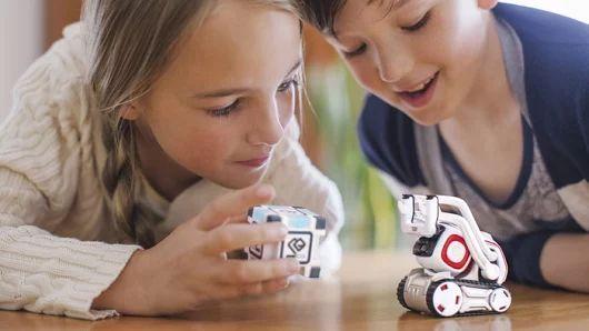 Робот Anki Cozmo   Если в детстве вы смотрели мультфильм «Валл-и» или сагу «Звездные войны», то вам должен понравиться робот Anki Cozmo, который уже запущен в продажу и должен громко о себе заявить в 2017 году. Эти небольшие роботы могут менять выражения лица и общаться так же, как люди. Помимо игр и других забавных занятий, эти умные игрушки должны вдохновить подрастающее поколение на то, чтобы строить и созидать. Красивые и очень познавательные игрушки.