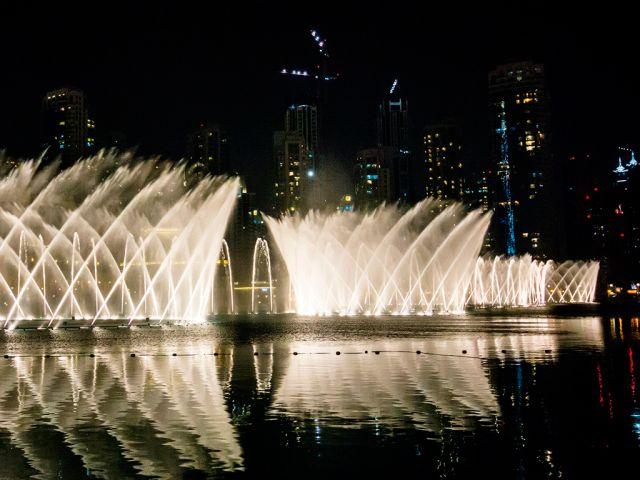 Дубай. Самый дорогой и красивый в мире «танцующий фонтан» находится в паре шагов от башни Бурдж Халифа. Каждый день с 8 часов вечера, вы увидите неповторимое шоу воды в сопровождении классической и арабской музыки. С наступлением темноты зрелище становится действительно незабываемым, а струи воды напоминают танцы восточных красавиц.