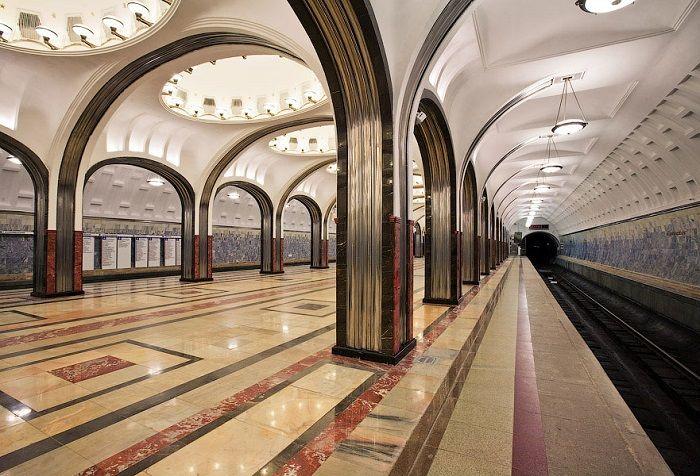 Современный вид станции метро «Маяковская» в Москве.