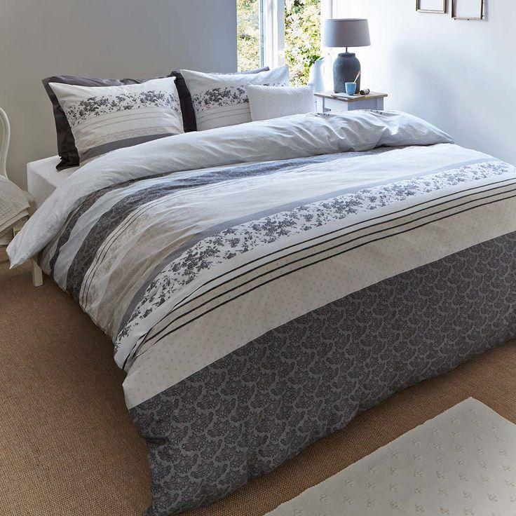 Het dekbedovertrek Fabric Stripes is een landelijk brocante banendekbedovertrek met vintage stoffen als inspiratiebron. Het dessin is geprint in naturel tonen van grijs, zand en blauw met hier en daar een bloemenprint. Het dekbedovertrek is gemaakt van 100% katoen. Inclusief kussenslopen.