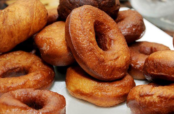 Ha farsang, akkor szalagos fánk! A hagyományos édesség frissen a legjobb, házi lekvárral kenve.
