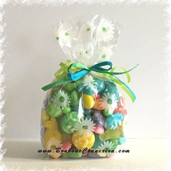 Un gros sac cadeau bien remplit des meilleures sucreries de Pâques. A large gift bag filled with the best sweets of Easter
