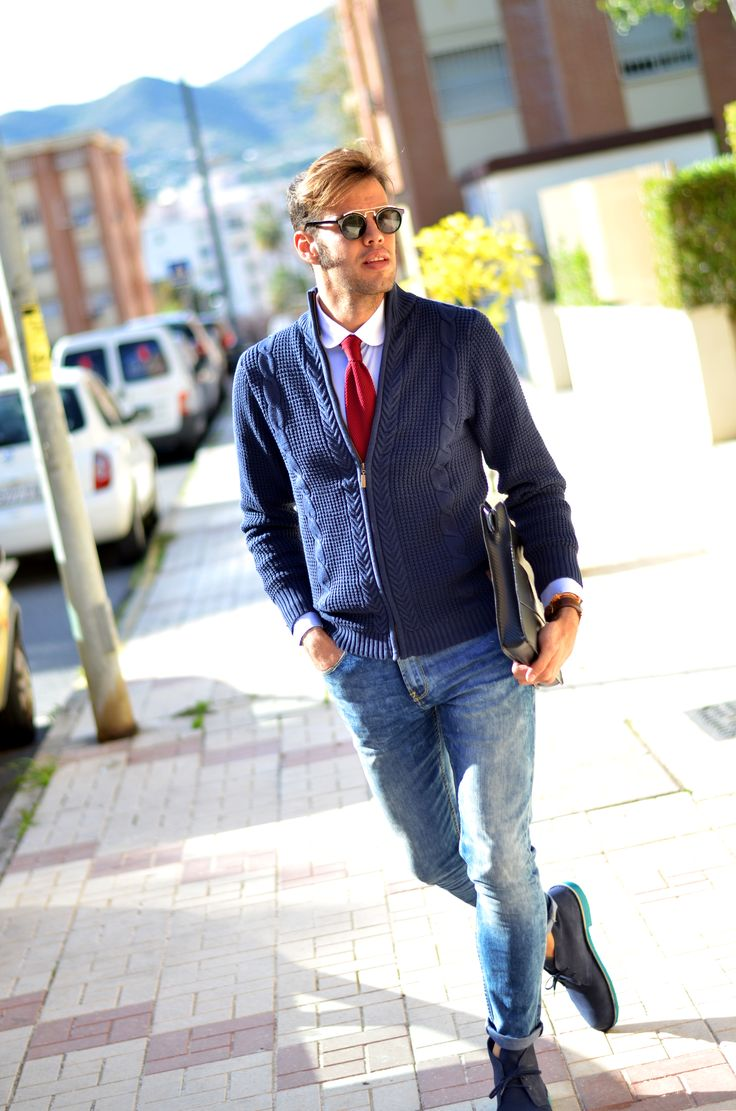 """Antonio Jurado de """"Yo a Vogue y tú a California""""  por las calles de Málaga viste el modelo """"Parker"""" en color Océano."""