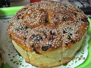 Хлеб с песто и вялеными помидорами.