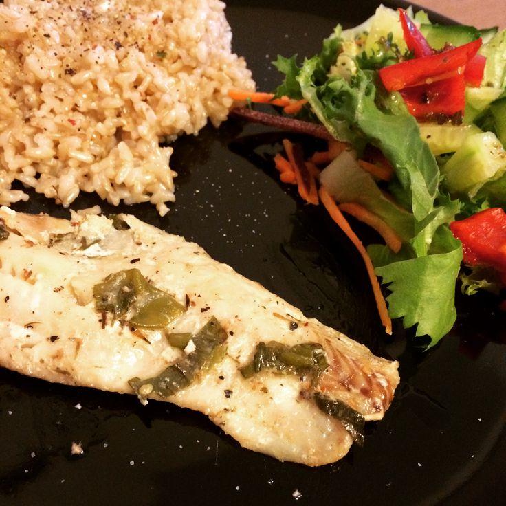 Zöldfűszeres tőkehalfilé barna rizzsel