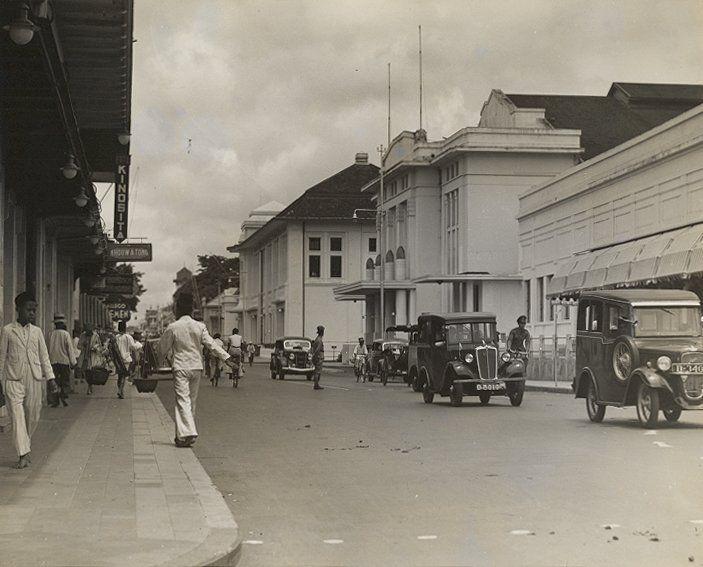 De Grote Postweg in Bandung, met rechts de Sociëteit, Java, Indonesië (1933)