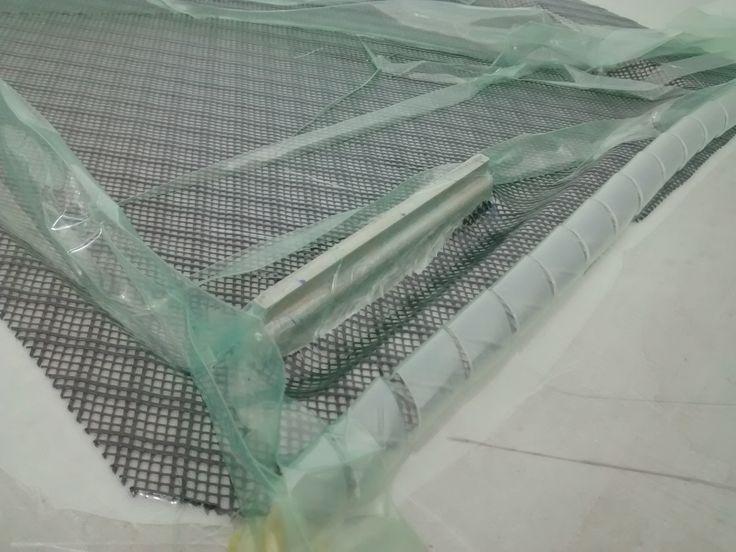 Malla y espira de transferencia de resina dentro de la bolsa de vacío. Para mayor información, visita: www.carbonlabstore.com