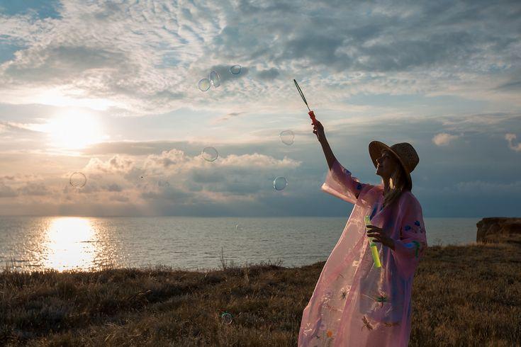 Mein Organza Kimono Durchsichtige Stoffe habe ich schon immer geliebt. Ob Blusen aus Seide oder Chiffon. Ob Kleider und Röcke aus Tüll. Ich habe sogar in Fachgeschäften meine verrücktesten Tutus erworben. Na gut, die waren vielleicht wirklich ein bisschen übertrieben. Braucht ja im realen Leben kein Mensch, aber nichts konnte mich aufhalten. Dieses Jahr habe ich für mich aber ganz was Neues entdeckt. Organza.  weiter auf www.matryoshka-report.de
