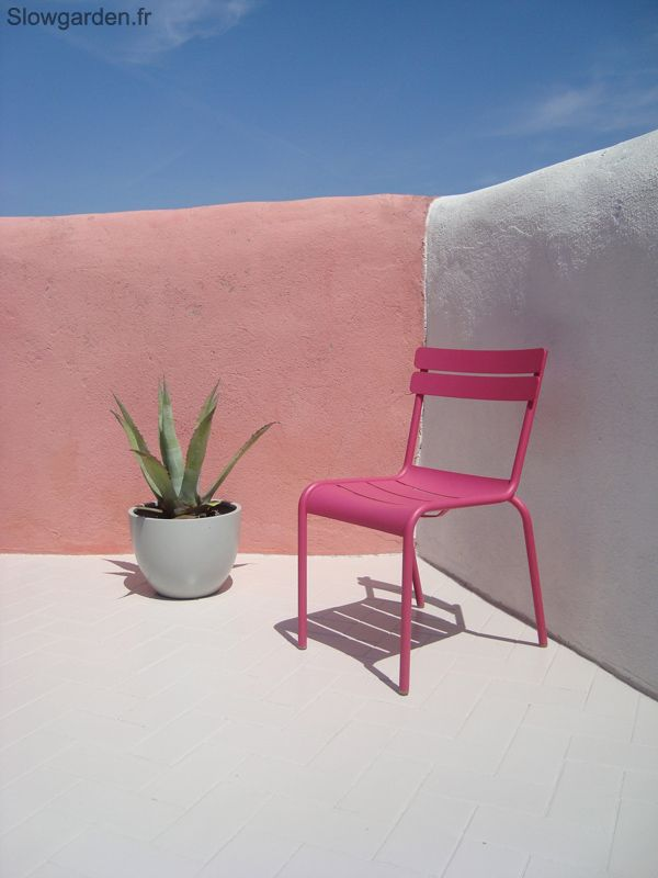 #Terrasse avec chaise #Luxembourg #rose #Fuchsia #Fermob www.fermob.com / #outdoor #pink