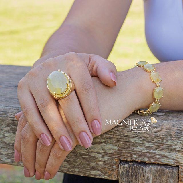 Já é quase primavera! Os tons quentes do quartzo com rutilo conferem às peças uma beleza ímpar e a versatilidade fica por conta da sua cor neutra, que vai bem com tudo! Aposte!  Veja em www.magnificajoias.com.br | Cód.: anel - ANFL001330 / pulseira - PUFL000930  #magnificajoias #anel #pulseiras #rutilo #quartzo #primavera #joias #semijoias
