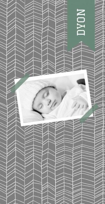 """Modern langwerpig geboortekaartje met de foto van jullie kindje """"opgeplakt"""" met masking tape op een scandinavische patroon achtergrond in grijs en groen."""