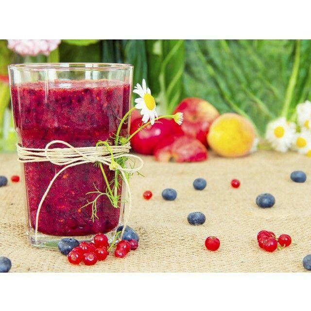 Bom dia! Uma receitinha deliciosa de suco detox de frutas vermelhas para hoje! Olha que prática:  200 ml água de coco, 8 unidades amora,  8 unidades framboesa  1 colher (sobremesa) de folhas de alecrim.  Delicie-se!  #SpaDios #redjuice