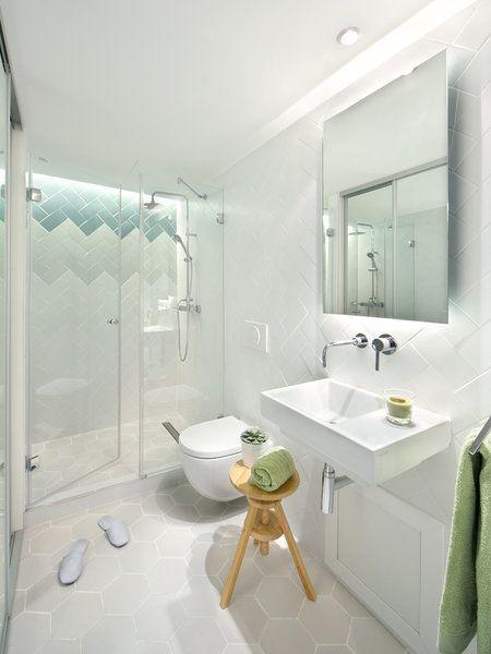 Cuarto de baño en color blanco con ducha de obra