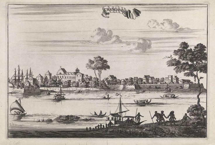 Johannes Kip   Gezicht op de stad Cranganoor, Johannes Kip, 1676   Gezicht op de Indiase stad Cranganoor (tegenwoordig Kodungallur) met een rivier en verschillende schepen op de voorgrond. Rechts stappen enkele mensen aan boord van een boot en aan het strand van Cranganoor zijn diverse figuren afgebeeld.
